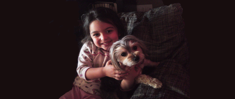 Ελισάβετ με μικρό σκυλάκι