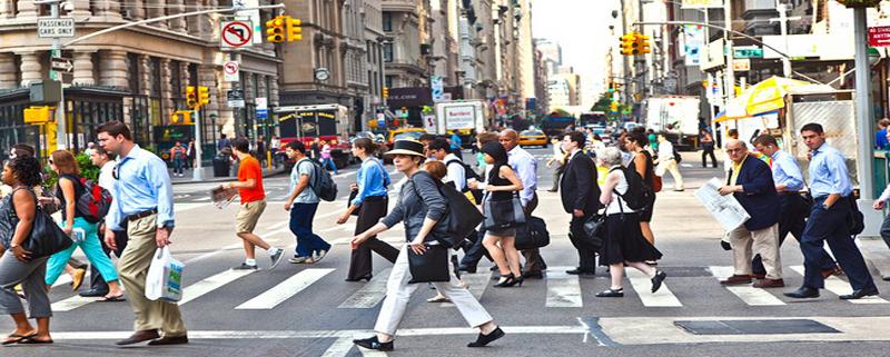 κόσμος στο δρόμο πάει στη δουλειά